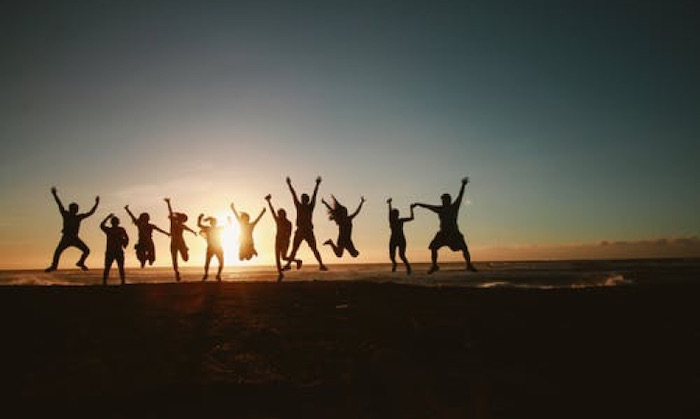 Top 5 things to do to find lasting happiness - Create a good social network